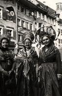 Photo Originale Cavalcade, Coutumes & Costumes Folkloriques & Grands Chapeaux Sous Les Drapeaux à Croix Gammées - Personnes Anonymes