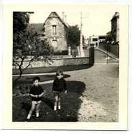 NOGENT SUR SEINE - ENFANTS DEVANT UNE MAISON EN 1967 - Lieux