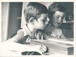 Grande Photo : Portrait D'enfants Regardant Un Album Photo - Personnes Anonymes