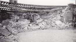 PHOTO ORIGINALE 39 / 45 WW2 WEHRMACHT FRANCE AMIENS SOLDATS ALLEMANDS DEVANT UN PONT FERROVIAIRE DÉTRUIT - Guerra, Militari