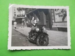 """FEMME SUR MOTO DEVANT ENSEIGNE """"AGENCE HIPPIQUE VICTOR SERRÉ """" FAMILLE BELGIQUE STATION BOURSE LOT 6 PHOTOS ORIGINALES - Auto's"""