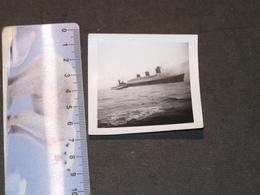 LE NORMANDIE ARRIVANT EN PLEINE MER AVEC SA VEDETTE - VOIR SCANS - Schiffe