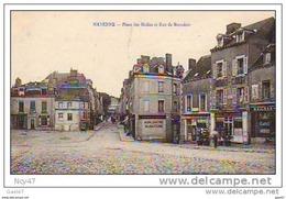 """Cpa  (  Dep 53  )   à  MAYENNE  """"  Place Des Halles Et Rue De Beaudais - Mayenne"""
