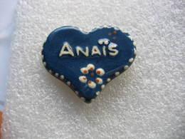 Pin's Fabrication Artisanale En Terre Cuite En Forme De Coeur Avec Le Prénom ANAIS - Golf