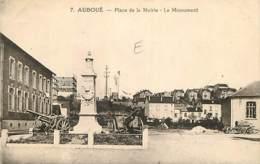 54 - Auboué - Place De La Mairie - Le Monument - Voir Scans Recto-Verso - Francia