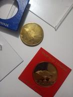 2 Money Coins And Chief Yeoman Warder Tower Of London Solid Bronze UK Gran Bretagna - Monarchia/ Nobiltà