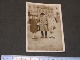 LIEGE-BRUXELLES ? -A IDENTIFIER - PHOTO DE RUE - 1 HOMME ET 2 DAMES SUR UNE PLACE - ANNEES 20 - Anonyme Personen