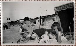 Photo Originale Plage & Maillots De Bains Pour Fillettes & Poupées En Cabines De Plage Au Milieu Des Croix Gammées 1933 - Personnes Anonymes