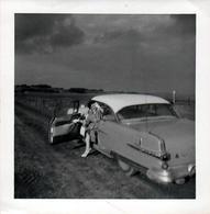 Photo Carrée Originale D'une Femme Posant Aux Côtés Au Volant De Sa Belle Voiture Américaine Ou Pas Vers 1950/60 - Automobiles