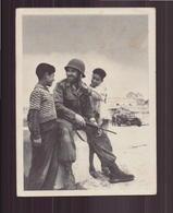 LES ENFANTS MUSULMANS REPRENNENT CONFIANCE DEVANT CE SOURIANT VISAGE D UN GARS DE FRANCE AU DOS TAMPONS - Altre Guerre