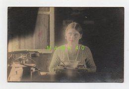 CARTE PHOTO - 88 - ETIVAL - JEUNE SECRETAIRE DANS SON BUREAU - MACHINE A ECRIRE ET TELEPHONE EN 1931 - Etival Clairefontaine
