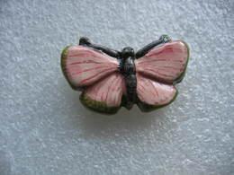 Pin's En Porcelaine, Beau Papillon De Couleur Rose - Bowling