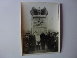 QUI SERA IDENTIFIER CETTE PHOTO 24 Cm X 18 Cm DES ANNEES 20/24, MONUMENT A LA GLOIRE DE HENRI FARMAN SUR BIPLAN VOISIN. - Photos