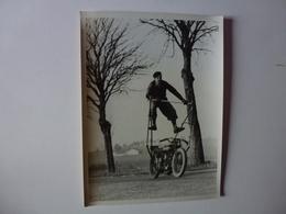 QUI SERA IDENTIFIER CETTE PHOTO 24 Cm X 18 Cm DES ANNEES 20/24, EQUILIBRISTE A MOTO, VOIR VERSO - Foto's
