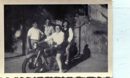 Photo De Deux Femmes Assise Sur Une Ancienne Moto A La Campagne (2) - Persone Anonimi