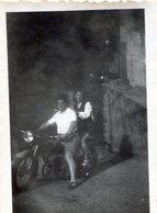Photo D'un Homme Sur Une Moto Avec Une Femme Souriante - Personnes Anonymes