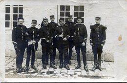 Carte Photo D'officier Francais De Cavalerie Souriant Posant Dans Leurs Caserne Don Deux On Leurs Sabre En 1912 - War, Military