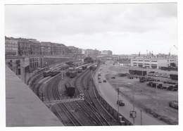 PHOTO Originale Algérie Alger Gare Train Wagons Voyageurs Marchandises VOIR ZOOM Camions Citroën 350 Traction Vers 1956 - Eisenbahnen