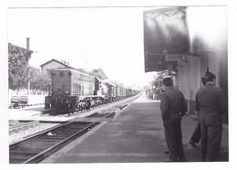 PHOTO Algérie ? Gare ? Train Wagons De Marchandises Locomotive Diesel Militaires Sur Le Quai Vers 1956 - Trenes