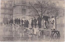 75. PARIS. La Crue De La Seine. Avenue Montaigne, Une Passerelle. 86 - Alluvioni Del 1910