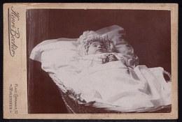 FIN 1800 SUPERBE VIEILLE CARTE PHOTO STUDIO - ENFANT DANS SON LIT DE MORT - POST MORTUM  - Enfant Décède - Mort - Anonymous Persons