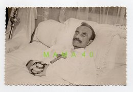 PHOTO - POST MORTEM - HOMME SUR SON LIT DE MORT - CROIX - CHAPELET - Anonymous Persons