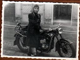Photo Originale Motocyclisme - Femme Aux Jumelles Sur Une Moto BMW R 35 De 1940 - Cyclisme