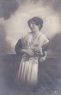 AK Frau Mit Blumen - Feldpost Gießen 1917 (46105) - Frauen
