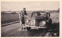 Photo Format Carte Automobile  : Une 4 Cv Renault  Et Sa Conductrice Immatriculée 75 - Coches