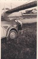 2 Photos Format Carte Automobile  :  2 Cv Citroen Et Sa Conductrice Sous Un Pont De Loire - Auto's