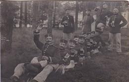 AK Foto Gruppe Deutsche Soldaten Mit Biergläsern Beim Feiern - Humor - 1. WK (46131) - Guerre 1914-18