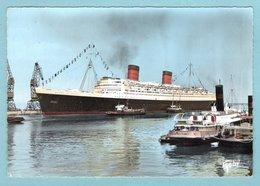 CP Bateaux  - Le Paquebot - Le Queen Elisabeth II Remorqué Vers Le Quai De France - Cherbourg - Paquebots
