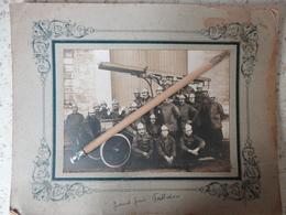 POMPIERS PHOTO ORIGINALE SUR CARTON  QUATRIEME COMPAGNIE MARINS POMPIERS VOITURE ECHELLE 21 X 27 DEBUT 1900 - Photos
