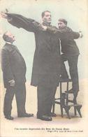 Spectacle (Célébrité) - Une Mesure Improvisée Des Bras Du Géant Hugo - Hugo Offre 1000 Francs à Son Rival - Other
