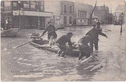 94. ALFORTVILLE. La Crue De La Seine. Le Ravitaillement En Pain Se Fait Par Canots - Alfortville