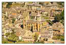 12 - Conques En Rouergue - L'église Et Le Cloître Au Centre Du Village - Vue Aérienne - Voir Scans Recto-Verso - Frankrijk