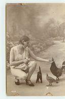 Jeune Femme Agenouillée Nourrissant Des Poules N°439 - Nus Adultes (< 1960)