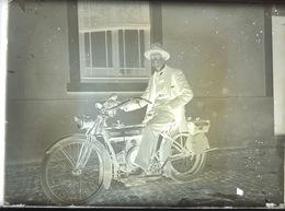 Plaque De Verre. Ancienne Moto DOUGLAS Anglaise . Elle Ne M'assis Sur L'ancienne Moto. - Diapositivas De Vidrio