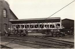 Photo Format CP Train Chemins De Fer Wagon Coke Car Pour Solvay Camion Jonet Par Energie à Marcinelle - Eisenbahnen