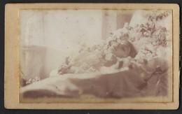 POST MORTEM * ENFANT SUR SON LIT DE MORT * KIND OP ZIJN STERFBED * CDV * PHOTO A. HAEGENDORENS - BRUXELLES * 1885 - 1906 - Personnes Anonymes