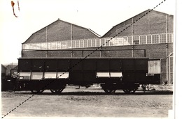 Photo Format CP Train Chemins De Fer Wagon à Bogies 50T Chaux Pour Lhoist Brison Par Energie à Marcinelle - Eisenbahnen