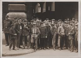 1929 GREVE DES POSTIERS LES FACTEURS GREVISTES DEVANT L'HOTEL DES POSTES - Places