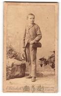 Fotografie E. Uhlenhut, Schweinfurt, Junge Hält Einen Mit Federn Verzierten Hut In Seiner Hand Und Trägt Eine Tasche - Personnes Anonymes