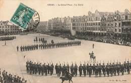 62 Arras La Grand Place Un Défilé Militaire  Cachet 1911 - Arras