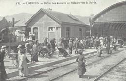 Lourdes   Defilé Des Voituresde Malades Vers  LaSortie  De La Gare - Lourdes