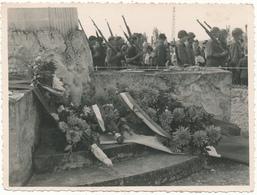 FONDETTES - Photo  9 X 11,5 Cm, 1944 - Passage De Troupe Le Long Du Monument Fleuri - Américains ?, F.F.I. ?, WW2 - Fondettes