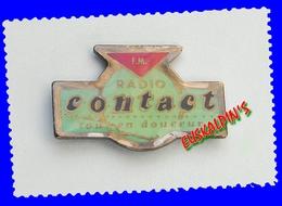 Pin's Radio Contact, LILLE, HAUTS DE FRANCE Et ARDENNES - Mass Media