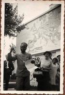 Photo Originale Africain Faisant Un Discours Sous L'Oeil Curieux D'Européennes Découvrant L'Homme Noir Vers 1930/40 - Anonyme Personen