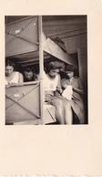 PHOTO ORIGINALE 39 / 45 WW2 WEHRMACHT ALLEMAGNE GERBACH LES JEUNES FILLES DES SERVICES B.D.M DANS LA CHAMBRÉE - Guerra, Militares