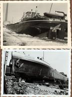 """2 Photos Originales Batellerie, Péniche """" Anna-Marie """" En Cale Sèche - Proue Et Femme Posant Devant Ses Hélices 1953 - Schiffe"""